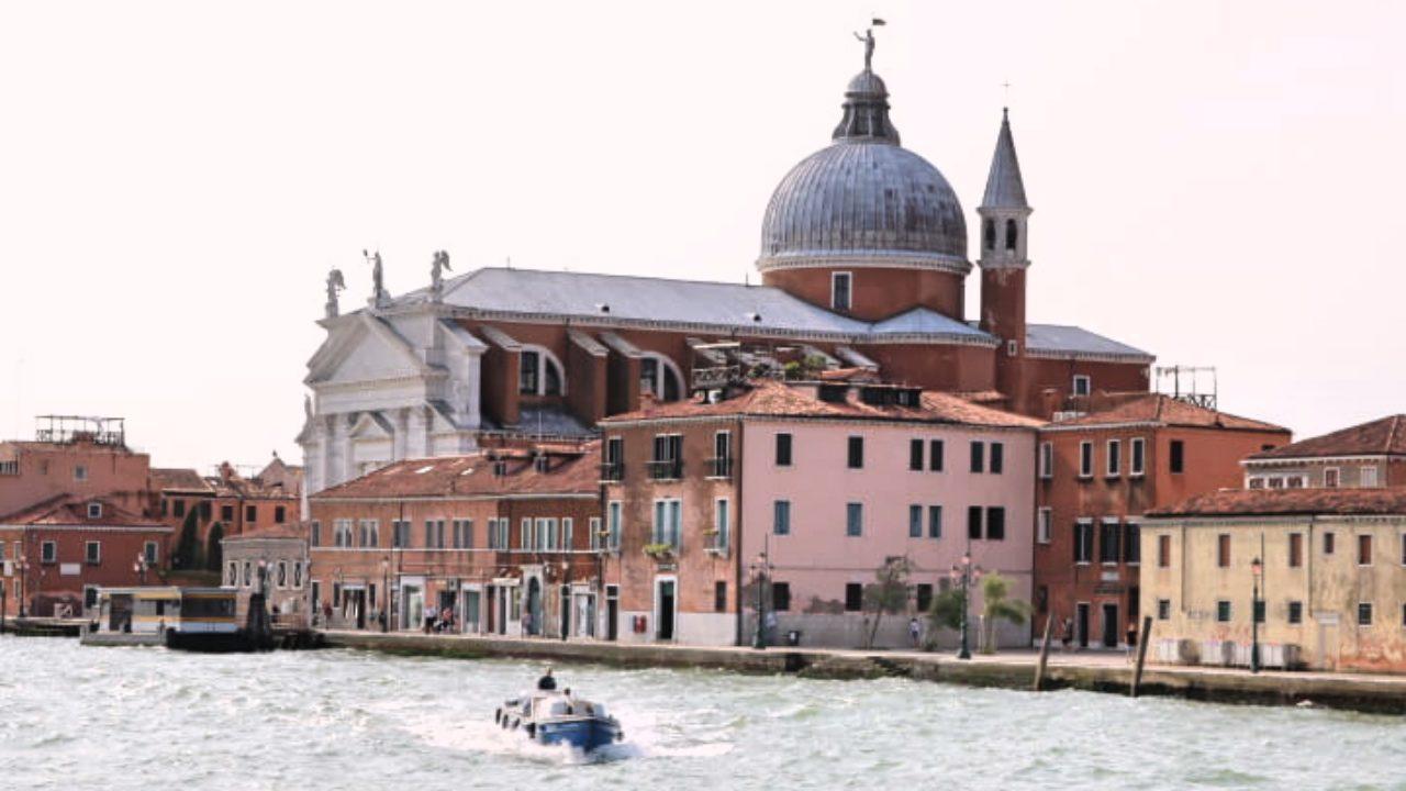 ベネチアに向かう船の上から見た風景