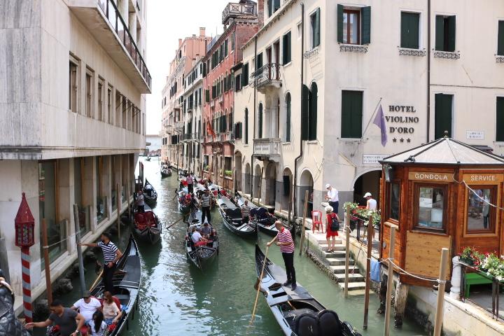 ベネチアのゴンドラを上の橋からパシャ